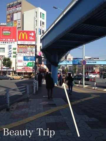 横断歩道をわたります 100円shopを左手に見ながら直進