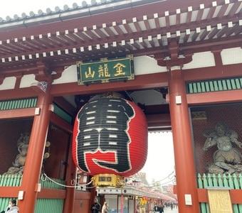浅草の浅草寺で大きく深呼吸