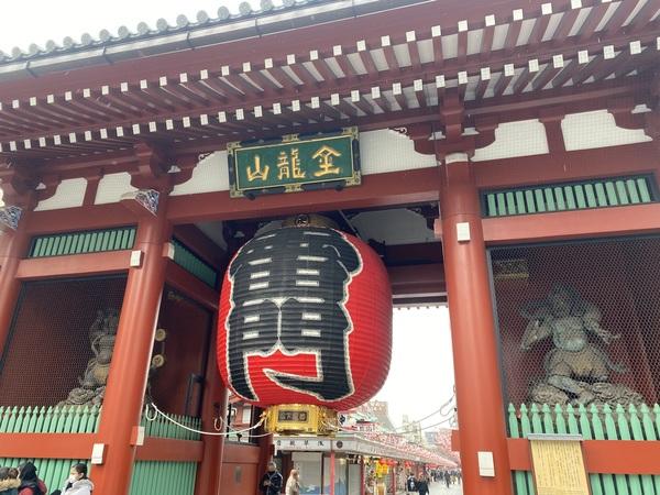 浅草の浅草寺で大きく深呼吸サムネイル
